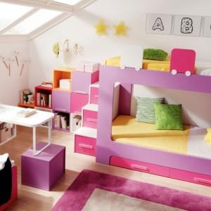 Ważne, by w pokoju dzieci było dużo naturalnego światła. Dzięki temu będzie wydawał się większy. Fot. Muebles Lara.