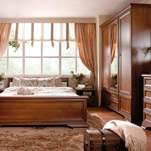 W sypialni urządzonej w klasycznym stylu doskonale prezentują się wzorzyste dywany. Fot. Black Red White.