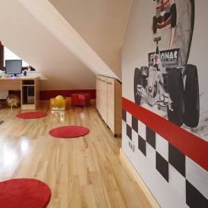 W pokoju na poddaszu jest dosyć miejsca zarówno do nauki, jak i wesołej zabawy. Projekt: Anna Gruner. Fot. Bartosz Jarosz.