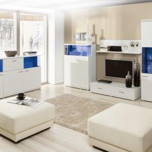 Kolekcja Morano z oferty marki Szynaka to propozycja dla tych, którzy pokochali najjaśniejszą z barw – biel. Kolekcja składa się z piętnastu wyjątkowo wyrazistych brył. Biel w wysokim połysku połączona z grafitowym szkłem oraz możliwość wyboru kilkunastu odcieni oświetlenia tworzą wyszukany design, który daje szerokie możliwości zaaranżowania nowoczesnego wnętrza.Fot. Szynaka.