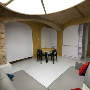 Strefę sypialni i kuchni, w razie potrzeby, można przesłonić białymi roletami. Projekt: Mili Młodzi Ludzie. Fot. PION.