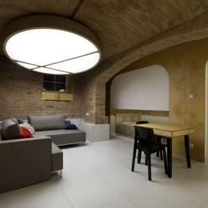 Ściany i kolebkowy sufit w mieszkaniu wykończono naturalną cegłą. Projekt: Mili Młodzi Ludzie. Fot. PION.