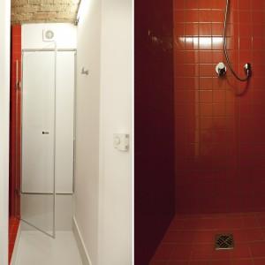 Z dominacji bieli w łazience, wyłamuje się strefa prysznica wykończona płytkami w kolorze mocnej czerwieni. Projekt: Mili Młodzi Ludzie. Fot. PION.