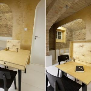 Niewielki stolik to mebel wielofunkcyjny. Może pełnić rolę zarówno jadalni, jak i praktycznego biurka, po uniesieniu części blatu. Projekt: Mili Młodzi Ludzie. Fot. PION.
