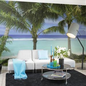 Klimat rodem z Miami wprowadzi do wnętrza fototapeta z serii Destination marki Mr Perswall. Błękitny lazur wody oraz egzotyczne palmy sprzyjają relaksowi oraz podkreślają wypoczynkową funkcję salonu. Fot. Mr Perswall.