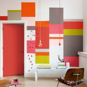 Wykorzystując kilka kolorów farby można spektakularnie odmienić wygląd jednolitej ściany, wprowadzając do salonu optymistyczną aurę. Fot. Dulux.