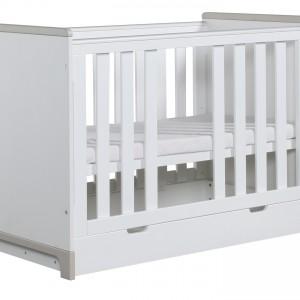 Wygodne łóżeczko to najważniejszy mebel w pokoju niemowlaka. Dziennikarka zdecydowała się na klasyczny, biały model z kolekcji Mini marki Pinio. Fot. Pinio.