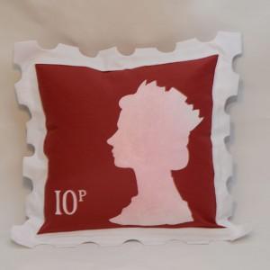 Strzałem w dziesiątkę okazały się poduchy, uszyte na specjalne zamówienie przez lifka.pl. Dzięki temu w łóżeczku pojawił się znaczek pocztowy z podobizną królowej Elżbiety oraz symbol brytyjskiego metra . Fot. Pinio.