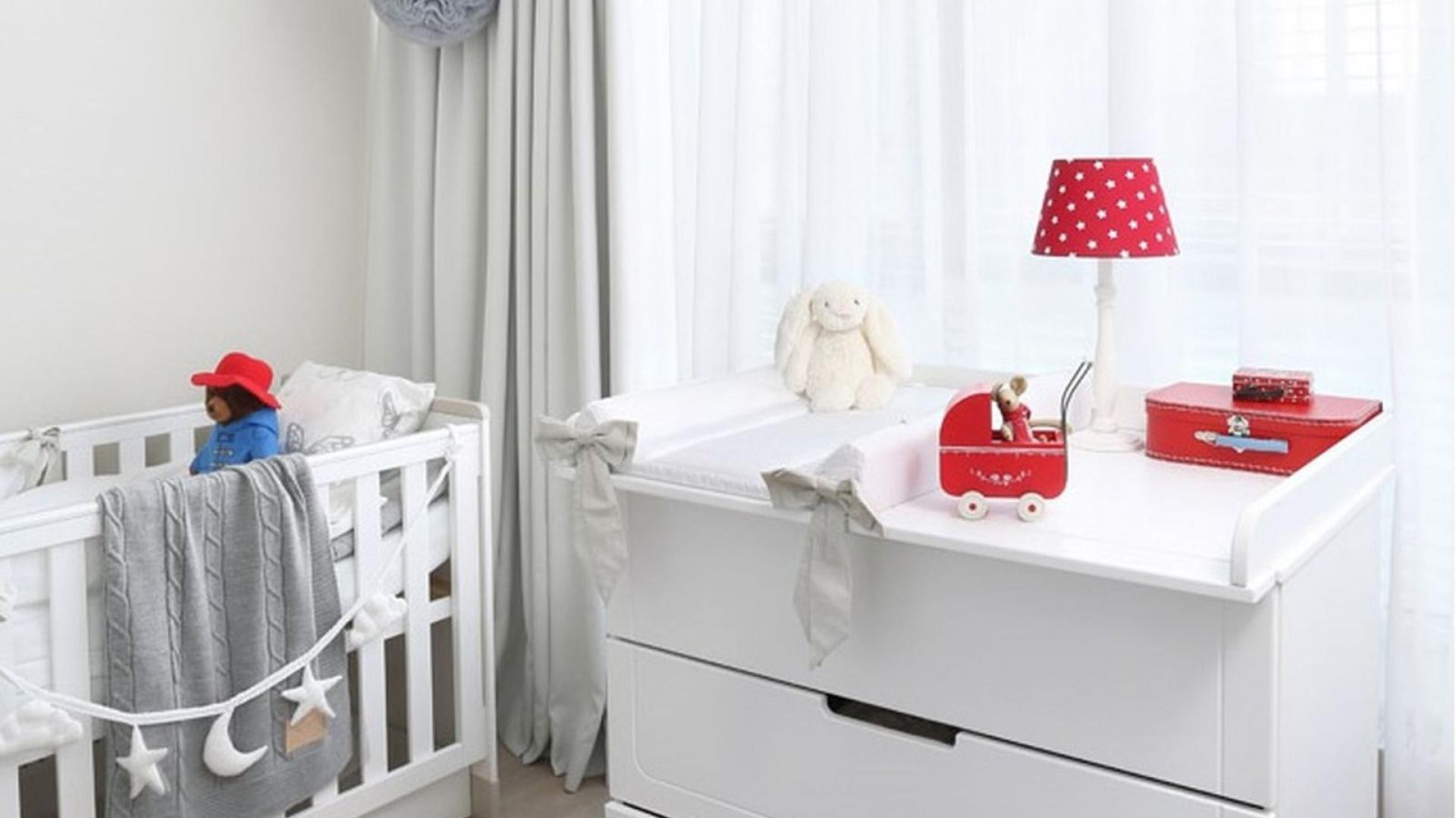 Pokój małej Kornelii wyposażono w nowoczesne i eleganckie mebelki o klasycznej formie. Ich naturalny urok wnosi do pomieszczenia inspirujący spokój. Aranżację uzupełniają dodatki w pudrowej kolorystyce, co daje doskonały efekt wizualny. Fot. Pinio.