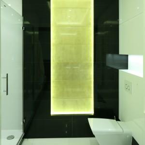 Ciekawa forma ceramiki, geometryczne podziały widoczne na powierzchniach dodają łazience nowoczesnego charakteru. Projekt: Agnieszka Hajdas-Obajtek. Fot. Bartosz Jarosz.