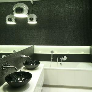 Czarne umywalki pięknie kontrastują z jasnym blatem szafki. Projekt: Agnieszka Ludwinowska. Fot. Bartosz Jarosz.