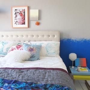 Oryginalne połączenie dwóch, kontrastowych kolorów to ciekawy sposób na dekoracje ściany za łóżkiem. Fot. Dulux.