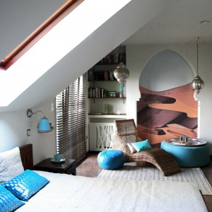 Turkusowe dodatki wprowadzają ciekawy akcent w sypialni urządzonej w orientalnym stylu. Fot. Benjamin Moore.