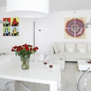 Grafiki inspirowane twórczością Andyego Warhola oraz kolorowe obrazy sprawiają, że biała, otwarta przestrzeń dzienna zyskuje wyrazisty charakter. Projekt: Piotr Gierałtowski. Fot. Bartosz Jarosz.