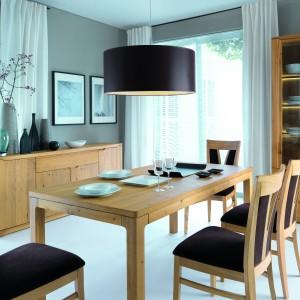 Drewniany stół z kolekcji mebli jadalnianych Oleo o prostym wzornictwie. Będzie harmonizować zarówno z nowoczesnymi, jak i bardziej tradycyjnymi wnętrzami. Fot. Klose.
