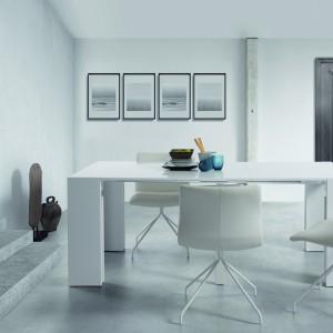 Konsola Wegner, którą możemy rozłożyć i wykorzystać jako stół jadalniany na nawet 6 osób! Biały mebel o nowoczesnym designie idealnie pasuje do minimalistycznego wnętrza. Fot. Moma Studio/Le Pukka.