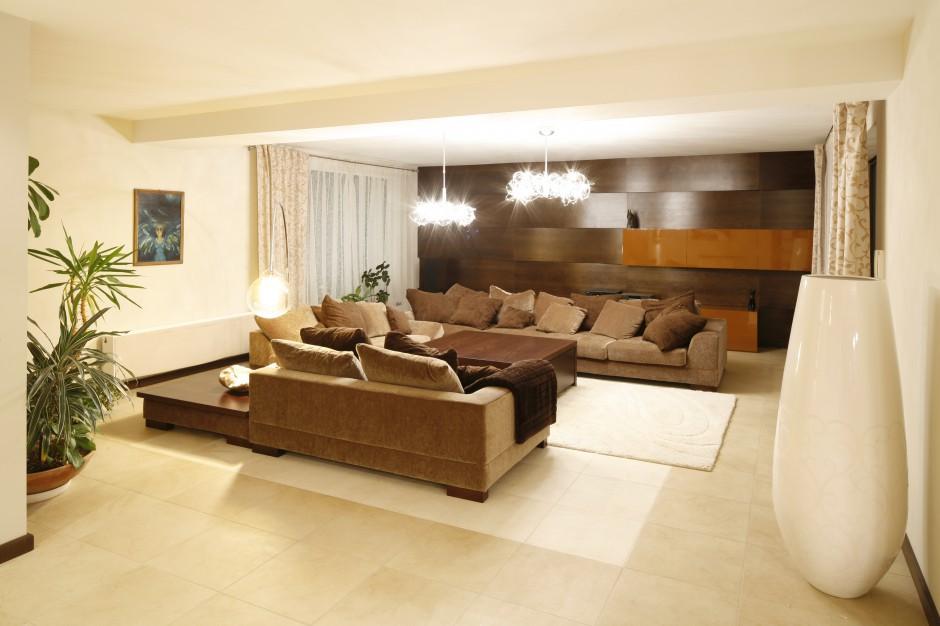 W przestronnym salonie salon ocieplony drewnem 15 for Act one salon salem nh