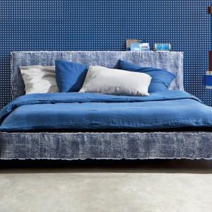 Kolor niebieski kolor dobrze prezentuje się w towarzystwie jasnych dodatków i mebli. Fot. Letti&Co.