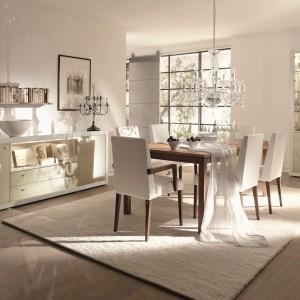 Delikatny drewniany stół pięknie skomponuje się z jasnym wystrojem jadalni. Jego ciepły kolor i prosta forma sprawia, że pasuje zarówno do wnętrz klasycznych, jak i bardziej nowoczesnych. Fot. Huelsta/Domoteka.