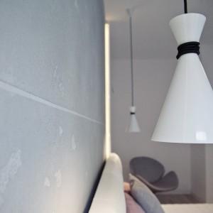 Wyposażenie mieszkania zostało dopracowane pod każdym względem. Wszelkie detale idealnie ze sobą współgrają. Oświetlenie w sypialni nawiązuje stylistyką zarówno do loftowej maniery, jak i minimalistycznego stylu wnętrza. Fot. RED Real Estate Development.