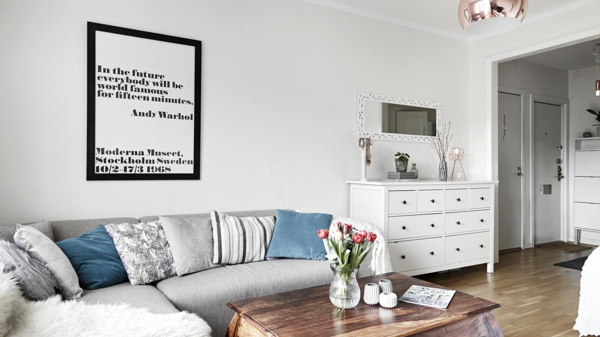 bia o szary salon ociepla ma e mieszkanie w szaro ciach i bieli tak urz dzisz 35 metr w. Black Bedroom Furniture Sets. Home Design Ideas