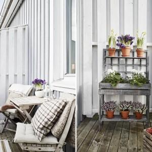 Niewielki, ale pięknie urządzony balkonik może w cieplejsze dni pełnić funkcję dodatkowego pokoju. Fot. Stadshem.se/Janne Olander.