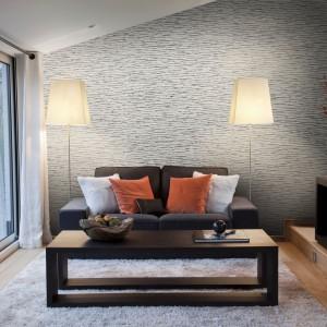 Ozdobna tapeta Sumatra marki Dekorian ze srebrnym połyskiem nada wnętrzu szykowny wygląd. Dekoracja pięknie odbija światło, przez co efektownie rozjaśnia salon. Fot. Dekorian.