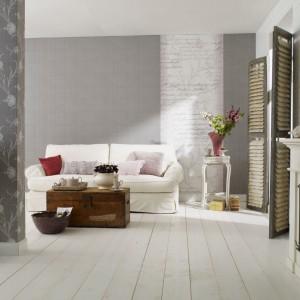 Wykorzystując dwa rodzaje szarej tapety: jednolitą i we wzory, można stworzyć oryginalną dekorację, dopasowaną do stylu salonu. Fot. Marburger Tapetenfabrik.
