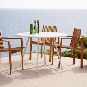 Teakowe krzesła z kolekcji Amaze i stolik z serii Area. Fot. Cane line.