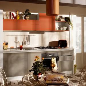 Niewielki aneks kuchenny z meblami w jednorzędowej zabudowie. Ciemniejsze kolory mebli stonowała jasna ściana nad blatem i sam blat, rozświetlając przestrzeń. Linię mebli zamyka wysoka, bardzo pojemna zabudowa. Fot. Veneta Cucine, kuchnia Start Time Go.