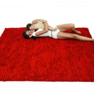 Czerwony, miękki dywan z oryginalnym runem jest idealny dla raczkujących maluchów. Model z kolekcji Dolce Ambroja marki Nanimarquina. Fot. Nanimarquina.