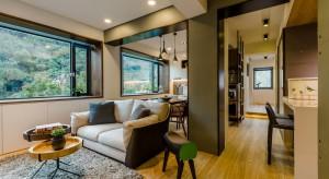 Stare, 40-letnie mieszkanie położone jest wśród malowniczej, zielonej scenerii. Koncepcja wnętrza musiała, więc współgrać z otaczającą go naturą.