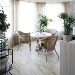 Jasna przestrzeń kawiarniana urzeka subtelnym, naturalnym wyposażeniem. Siedząc na wyplatanych z wikliny fotelach przy okrągłym stoliku, można podziwiać malowniczy krajobraz, wkradający się do salonu przez ogromne okna. Fot. Bartosz Jarosz.