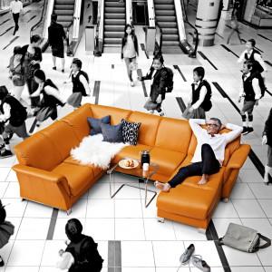 Okazała sofa Stressless Fields marki Ekornes zapewnia komfort dla ciała i wyrafinowany design dla oka. Uniwersalny, elegancki kształt sprawia, że skomponuje się zarówno z nowoczesną, jak i klasyczną aranżacją. Fot. Ekornes.