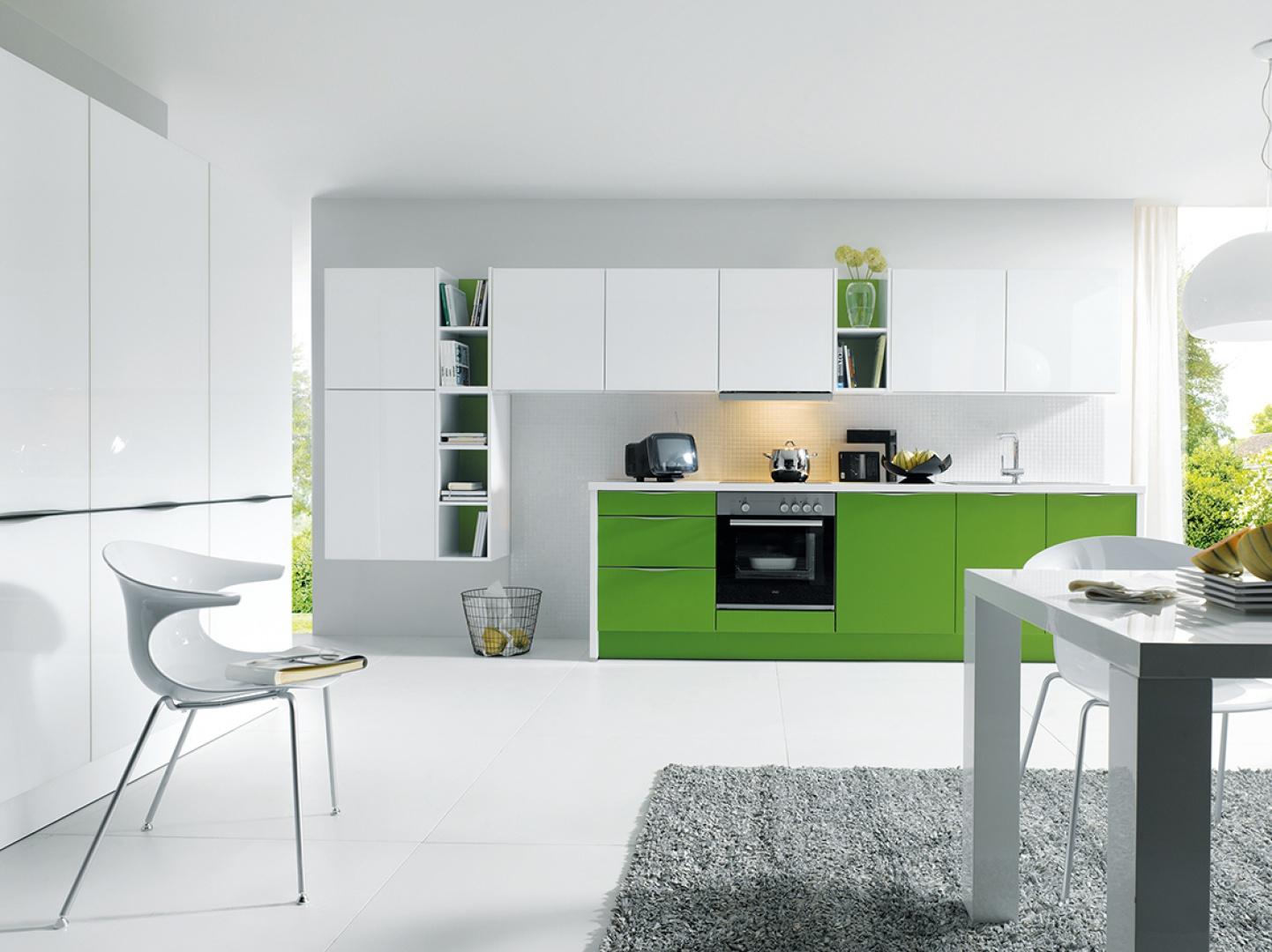 Świeże i bardzo eleganckie połączenie intensywnej zieleni z bielą. Fronty polakierowane satynowym lakierem w kolorze