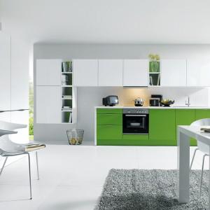 """Świeże i bardzo eleganckie połączenie intensywnej zieleni z bielą. Fronty polakierowane satynowym lakierem w kolorze """"majowej zieleni"""" oddają idealnie wiosenny charakter. Fot. Schueller Moebelwerk KG, kolekcja Glasline."""