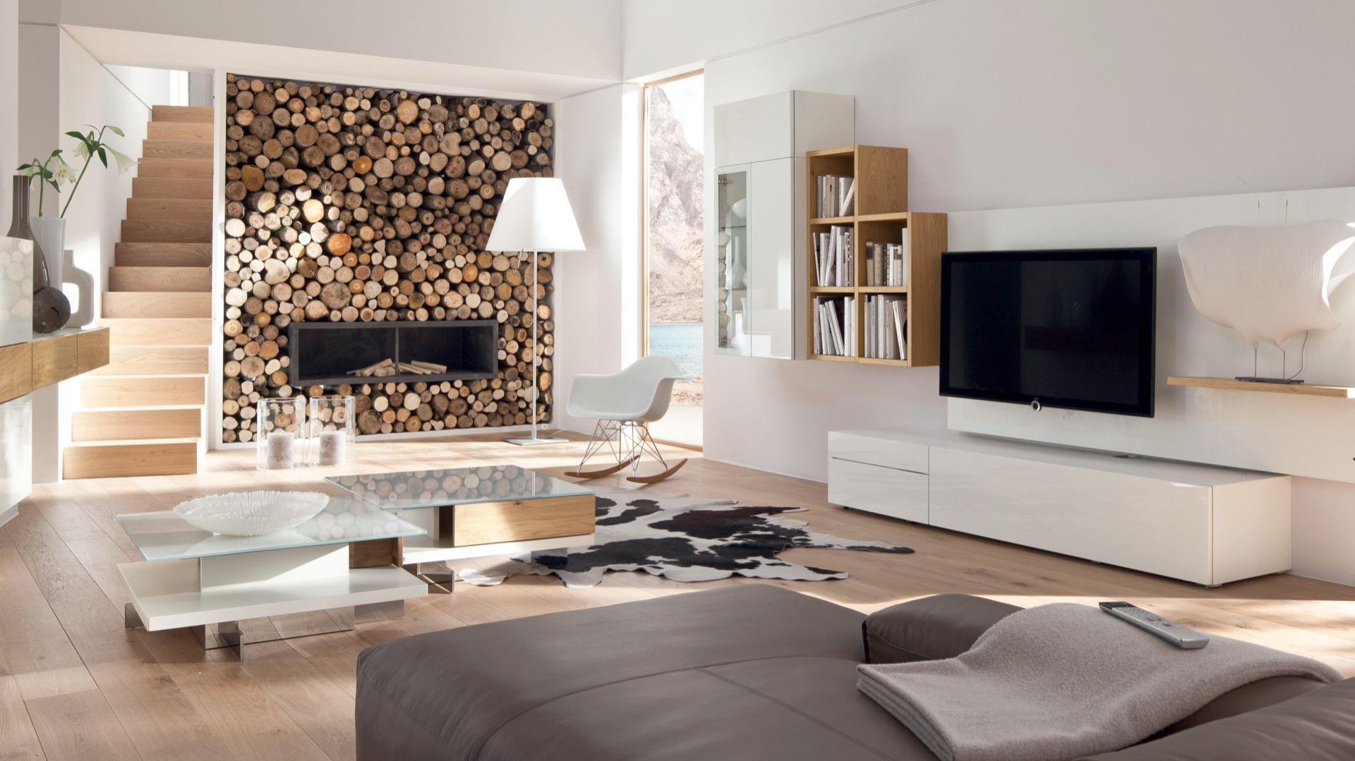 Elementy zestawu Neo marki Hulsta można zawiesić na ścianie lub ustawić w dowolnej konfiguracji. Moduły są dostępne w wielu rozmiarach i wykończeniach, jednak największym powodzeniem cieszą się białe, lakierowane na wysoki połysk fronty ocieplone dębowym drewnem. Fot. Hulsta.