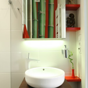 Fototapeta to sposób na ożywienie wnętrza i dodanie niewielkiej łazience modnego akcentu. Projekt: Katarzyna Mikulska-Sękalska. Fot. Bartosz Jarosz.