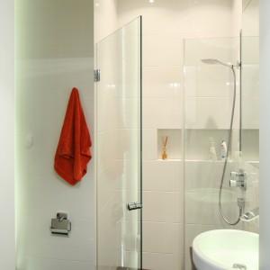 W niewielkiej łazience o pow. 4 m kw. zaplanowano dużą kabinę prysznicową w narożniku. Zamontowana bezpośrednio  na posadzce nie zmniejsza optycznej przestrzeni łazience. Projekt: Katarzyna Mikulska-Sękalska. Fot. Bartosz Jarosz.
