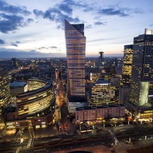 Zaprojektowany przez Daniela Libeskinda wieżowiec przy Złotej 44 stał się już symbolem panoramy Warszawy. Teraz apartamentowiec wraca na rynek. Fot. BSC Advisory.