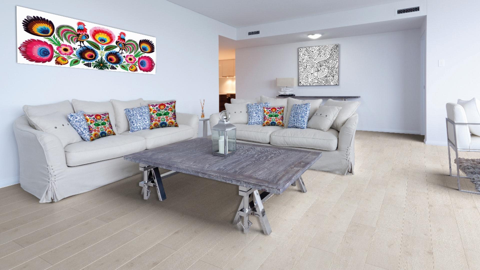 Folklor zapewnia wnętrzu podłoga Master 4V - Dąb Rimini oraz elementy ścienne i poduszki. Fot. RuckZuck