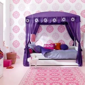 W takim pokoju każda dziewczynka poczuje się jak prawdziwa księżniczka. Wszystko za sprawą efektownego baldachimu nad łóżkiem oraz dekoracji w bizantyjskich kolorach. Fot. Cuckooland.