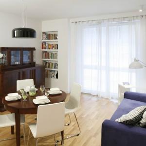 Kuchnia jest wnętrzem otwartym na salon. To tu pani domu przyjmuje gości i prowadzi przyjacielskie rozmowy. Sprzyja im brak telewizora w mieszkaniu. Projekt: Ewelina Para. Fot. Bartosz Jarosz.