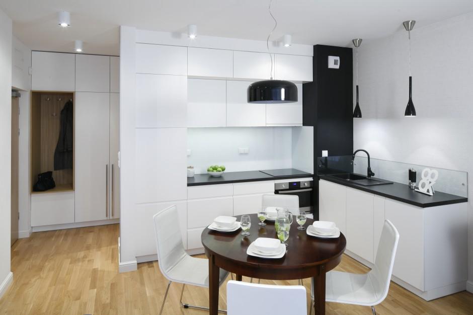 Wysoka, biała zabudowa Mała kuchnia w czerni i bieli   -> Mala Kuchnia Z Wyspą Aranżacje