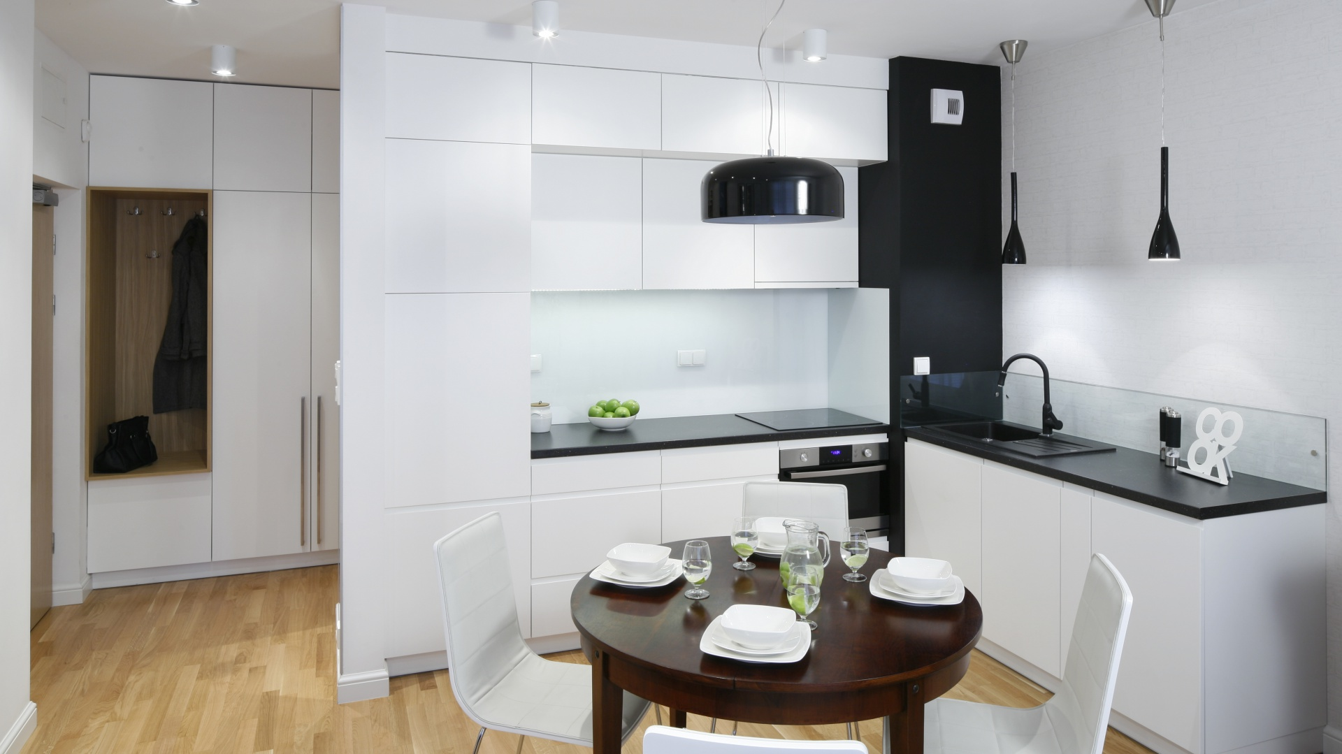 Wysoka, biała zabudowa Mała kuchnia w czerni i bieli   -> Mala Otwarta Kuchnia Aranżacje