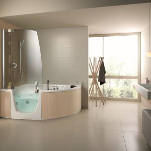 Combinati firmy Teuco to urządzenie typu kombi: parawan jest integralną częścią wanny, otwiera się jak drzwi prysznicowe. Fot. Teuco.