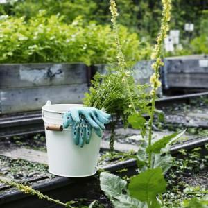 Niezbędne narzędzia i akcesoria ułatwią nam prace w ogrodzie. Fot. IKEA.