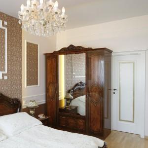 Klasyczna szafa z lustrem zapewnia wystarczającą ilość miejsca na przechowywanie. Fot. Bartosz Jarosz.
