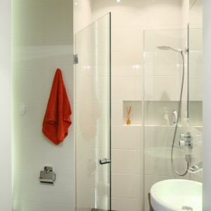 W małej łazience warto wykorzystać wnęki. Tutaj we wnęce urządzono prysznic. Jednolita posadzka w całej łazience optycznie powiększa wnętrze. Projekt: Katarzyna Mikulska-Sękalska. Fot. Bartosz Jarosz.
