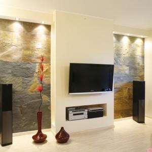 Wykorzystując lampy LED znakomicie można podkreślić fakturę ściany wykończonej kamieniem naturalnym. Wydobywa ono naturalną barwą oraz nieregularną powierzchnię. Projekt: Agnieszka Sadowska. Fot. Bartosz Jarosz.